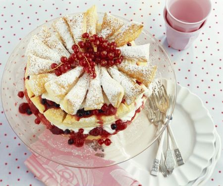 Blätterteig-Torte mit Beeren, Kirschen und Sahne