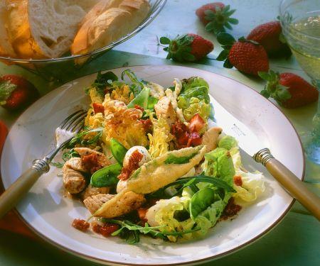 Blattsalat mit Erdbeeren, Mozzarella und Salbei