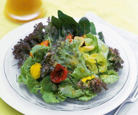 Blattsalat mit Essblüten und fruchtigem Dressing