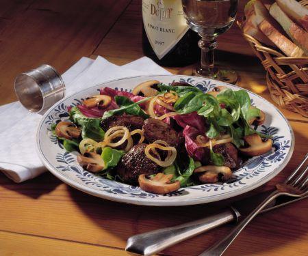 Blattsalat mit Geflügelleber und Pilzen