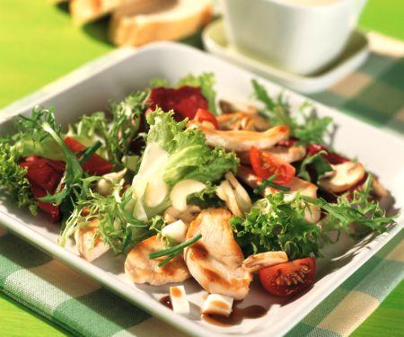 Blattsalat mit Hähnchenbrustfilet und Senf-Joghurt-Dressing