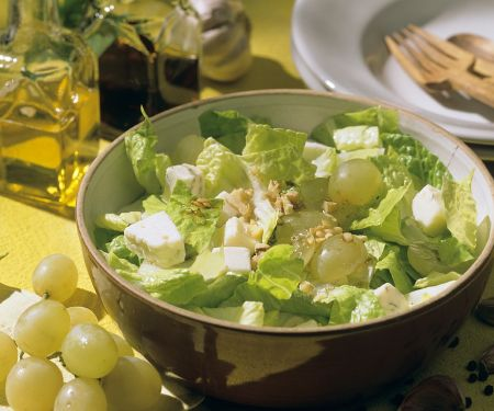 Blattsalat mit Käse und Walnussdressing