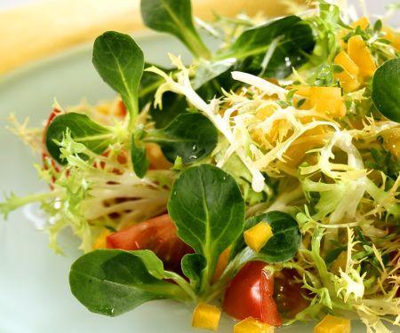 Blattsalat mit Kresse und Paprika