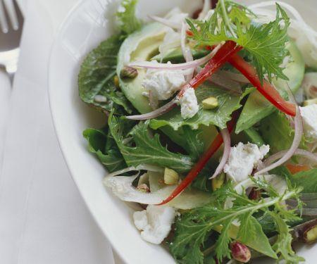 Blattsalat mit Ziegenkäse und Pistazien
