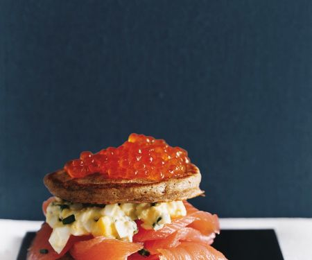 Blini-Lachs-Sandwich mit Eiersalat