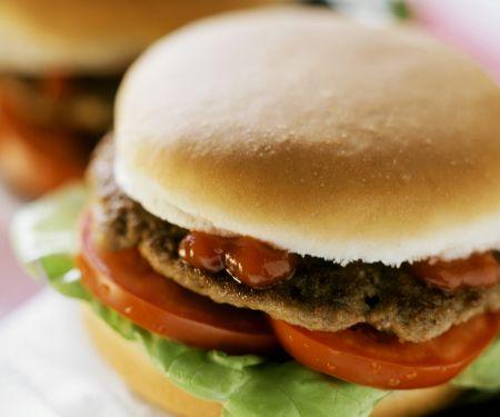Blitzhamburger mit Ketchup, Tomaten und Salatblatt