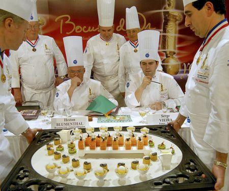 Köche präsentieren beim Bocuse d`Or ihre Kreationen der Jury
