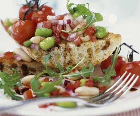 Bohnen-Tomaten-Salat auf getoastetem Ciabatta
