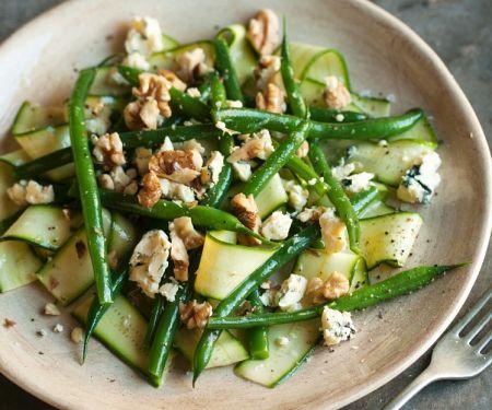 Bohnensalat mit Gurken, Käse und Nüssen