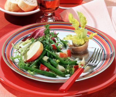 Bohnensalat mit Zwiebel-Apfel-Vinaigrette und Matjesröllchen