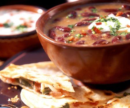 Bohnensuppe mit Sauerrahm und Käse-Tortillas