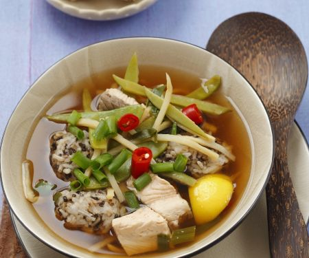 Bouillon mit Lachs, Reisklößchen, Bambus und Gemüse