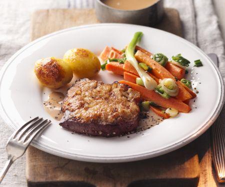 Braten mit Senfkruste, Gemüse und Bratkartoffeln