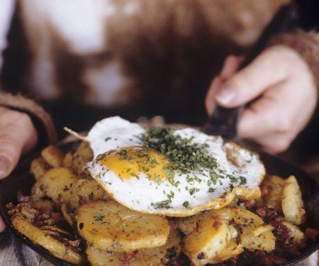 Bratkartoffeln mit Fleisch auf österreichische Art (Tiroler Gröstl)