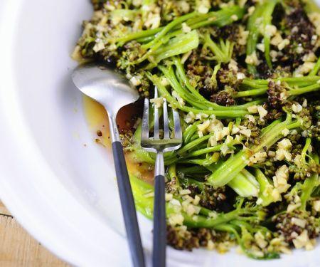 Brokkolisalat mit Knoblauch, Ingwer und Nüssen