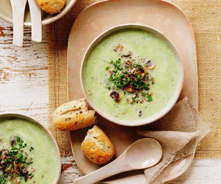 Brokkolisuppe mit Zucchini und Pilzeinlage