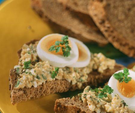 Brot mit Eiercreme