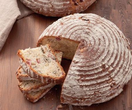 Brot mit Granatapfel- und Kürbiskernen
