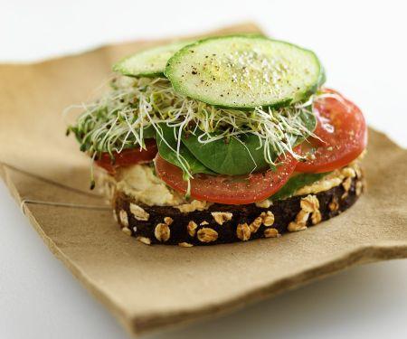 Brot mit Kichererbsenaufstich, Gemüse und Sprossen