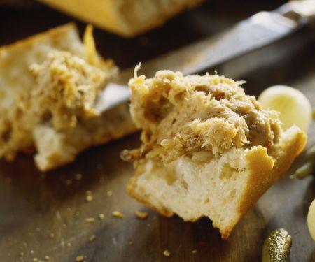 Brot mit pikantem Aufstrich (Rilette)
