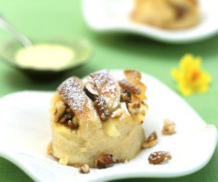 Brotauflauf mit Haselnusskrokant und Vanillesauce