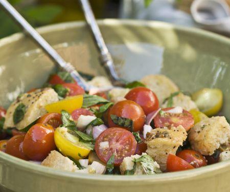 Brotsalat mit Zwiebeln, Tomaten und Basilikum (Panzanella)