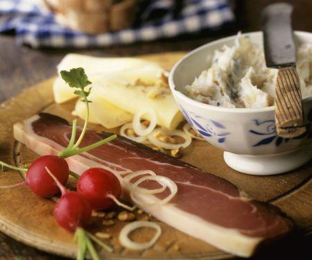 Brotzeit nach Tiroler Art mit Speck, Käse und Schmalz