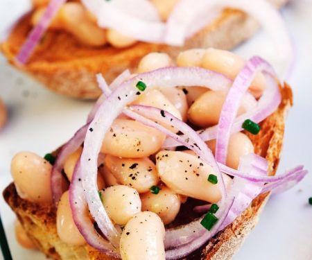 Bruschetta mit Zwiebeln und Bohnen