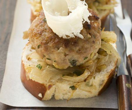 Buletten und Kartoffel-Gurken-Salat mit Brezentaler