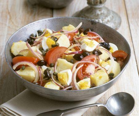 Bunter Kartoffelsalat mit Tomaten, Eiern und Oliven