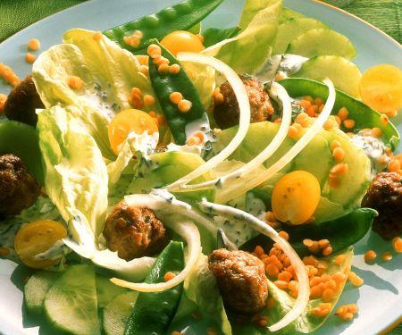 Bunter Salat mit Linsen und Fleischbällchen