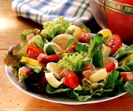 Bunter Salat mit Schinken und Ei