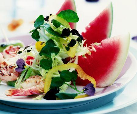 Bunter Salat mit Shrimps und Wassermelone