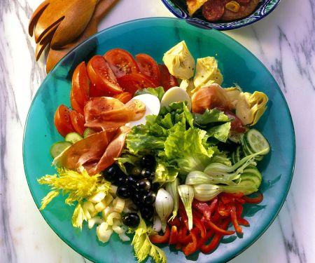 Bunter Salat mit Tomaten-Röstbrot