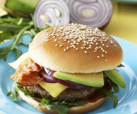 Burger mit Avocado und Speck