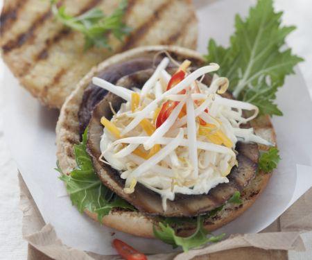 Burger mit Riesen-Champignon und Mangosalsa