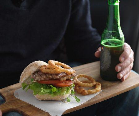 Burger mit Roastbeef und frittierten Zwiebelringen