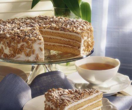 Buttercreme-Torte mit Mandeln und Pinienkernen