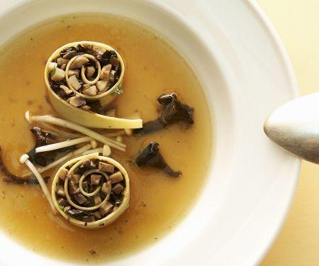 Cannelloni mit Pilzfüllung in Brühe
