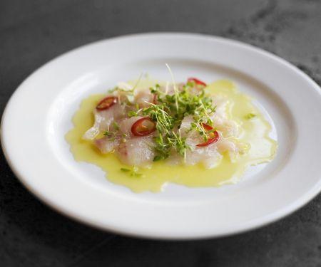 Capaccio aus Fisch mit Chili und Kresse