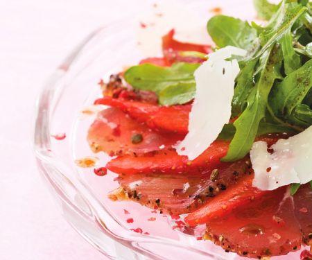 Carpaccio mit Erdbeeren und rosa Pfeffer