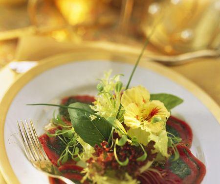 Carpaccio-Röllchen mit Spinat und Salat