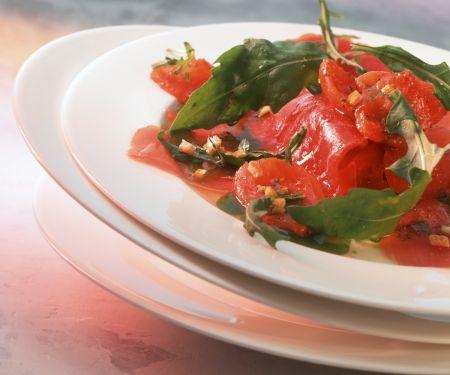 Carpaccio vom Thunfisch mit gegrilltem Tomaten und Rucola