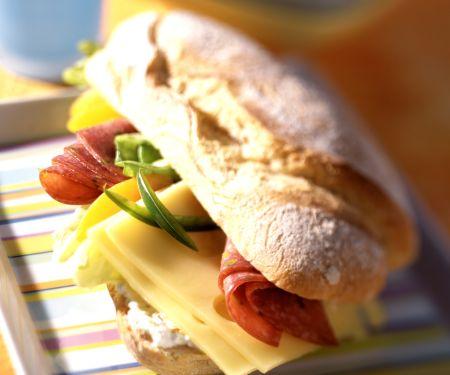 Cervelatwurst-Käse-Baguette