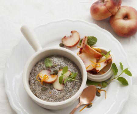 Chia-Kokos-Pudding mit Pfirsich-Minz-Sauce