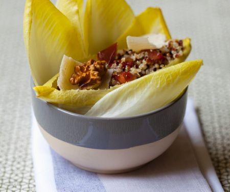 Chicoree mit Quinoa, Nüssen und Käse