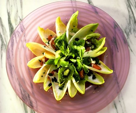Chicoreesalat mit Kiwi und Cocktailsauce