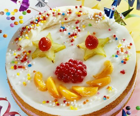 Clowntorte mit Früchten und bunten Zuckerperlen für Kinder