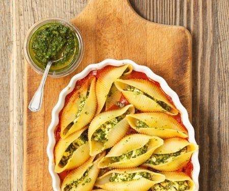 Conchiglie mit Feta und Pesto in Tomatensauce