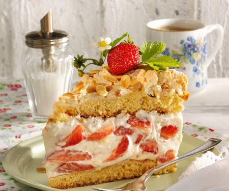 Cremetorte mit Erdbeeren und Baiser